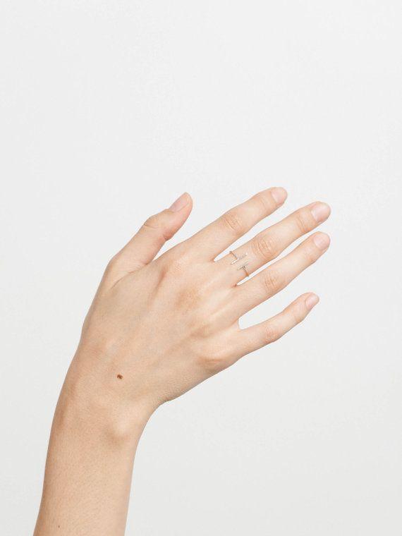 Minimalistische Double Bar ringen in 14k gouden vulling en Sterling zilver. Een moderne ring silhouet dat ziet er mooi op elke vinger en is een mooi accent aan al onze stapelen ringen / bands. Eenvoudige, delicate en veelzijdig, deze lineaire ontwerpen ook ziet er geweldig uit als een midi-ringen.  Verkrijgbaar in twee silhouetten - gelijk: een klassieke double bar en LATERALE: een opvallende asymmetrische dubbele bar.   E Q U EEN T E ∙ L EEN T E R EEN L ∙ R I N G M + S door GLDN   W H EEN…