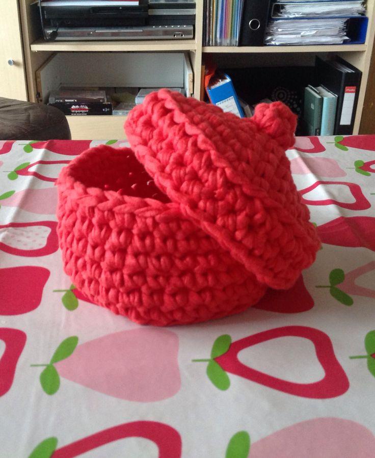Crochet basket with lid