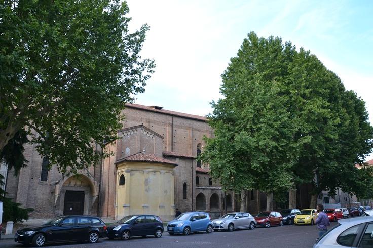 エレミターニ教会脇の大木。古い教会の周りには必ずと言って良いほど大木が。教会と歴史を共にしてきたのかなぁ、と。しかしこの路上駐車がイタリアだわ・・・( ノД`)