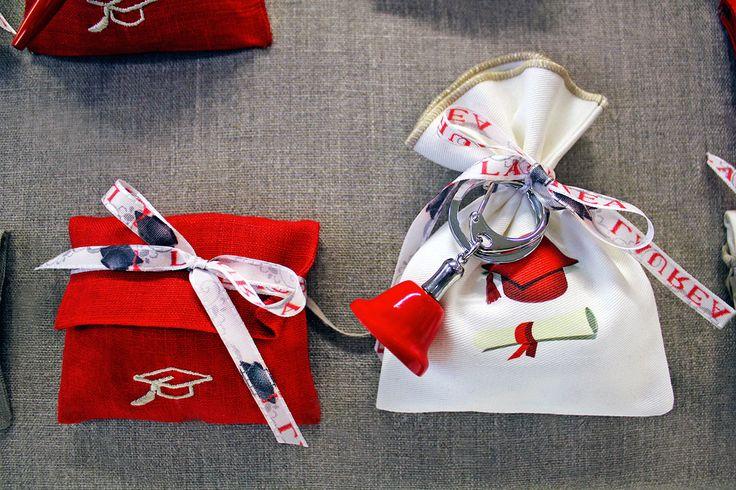 #Bomboniere di #Laurea: Busta e sacchetto con nastro e ciondolo.