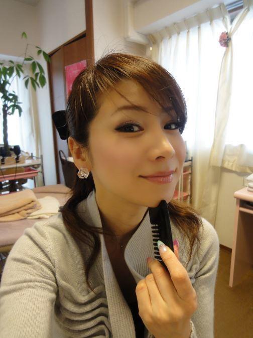 2児の母で主婦として家庭を守りながら、美も保ち続けている水谷雅子さんは現在48歳。今回は、水谷さんの特徴でもある綺麗なV字の顎のラインを作る方法をご紹介します。