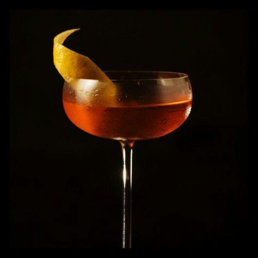 SHAKERS Cosmopolitan  Vodka Suco de cranberry Cointreau  Twist de limão