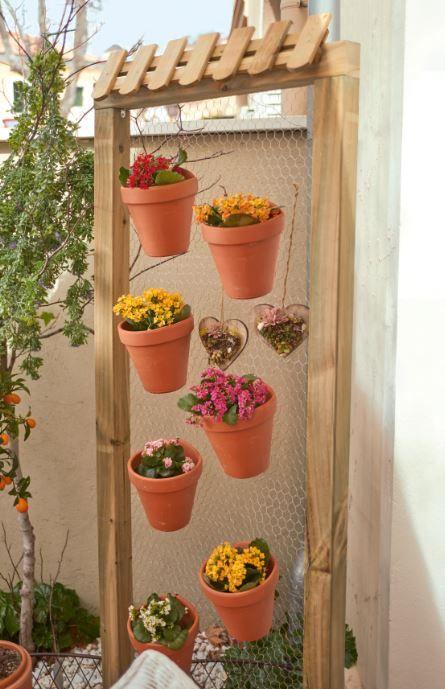 Un panel decorativo con macetas es un elemento muy versátil, ayuda a dividir espacios y a la vez cultivar flores.