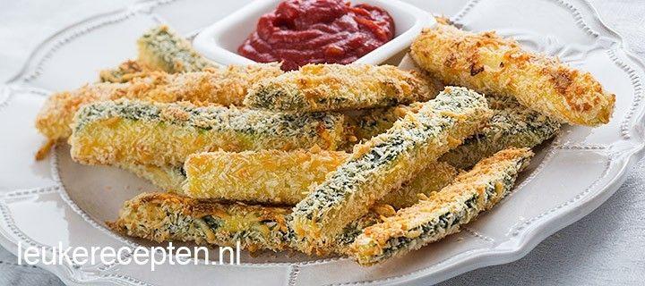 Krokante courgette frietjes met een laagje panko en parmezaanse kaas geserveerd met een pittige tomatensaus