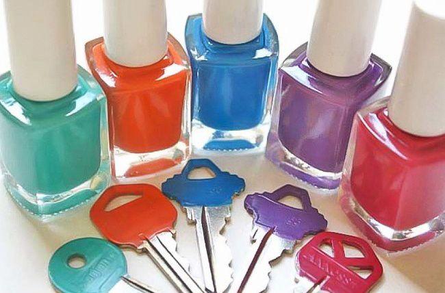Разноцветный лак для ногтей поможет пометить особым образом ключи от разных дверей