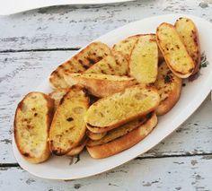 Vorige week heb je deze knoflookbroodjes al voorbij zien komen in dit recept. Vandaag vertel ik hoe ik deze broodjes maak. Ik gebruik meestal oud stokbrood of een oude ciabatta. De broden die overb…