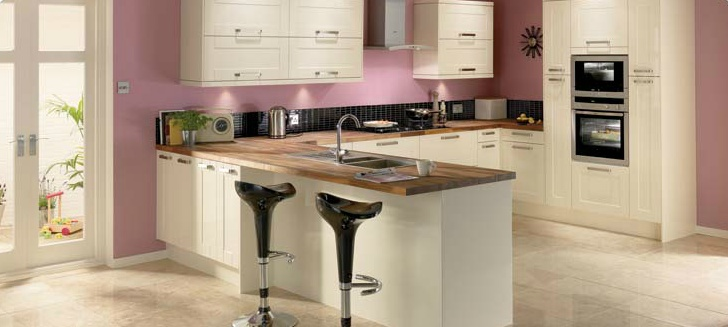 Modern and sleek, Como cream has a beautiful gloss finish and is the perfect choice for a contemporary family kitchen. Team it with fabulous solid walnut worktops to help create a sumptuous and warm feel.