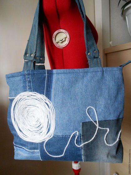 Купить или заказать Сумка джинсовая 'Весенняя американка') в интернет-магазине на Ярмарке Мастеров. Джинса ,светлая ,синяя , Сделана была по идее замечательной женщины проживающей в америке. Нравится тем ,что можно одевать под большее количество одежды ,так как использованы разные оттенки.По желанию можно сделать темнее или светлее .Можно использовать другой рисунок Большое количество карманов делают ее наиболее удобной Сбоку потайной карман в шве ,внутри один на молнии и два открытых.