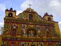 Sveglia presto per visitare il mercato e la chiesa di Chichicastenango, famosa per i rituali di sincretismo tra religione cattolica e spiritualità maya c...