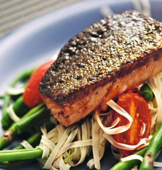 O tej porze roku warto przeprosić się z rybami. Zwłaszcza z tłustymi morskimi: łososiem, śledziem, makrelą, tuńczykiem. Są źródłem nienasyconych kwasów tłuszczowych, które poprawiają funkcjonowanie układu odpornościowego.
