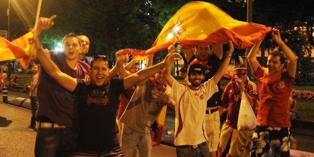 Euro 2012 finalinde İtalya'yı 4-0 yenen İspanya, üst üste ikinci kez Avrupa Şampiyonluğu'na ulaşan ilk ülke olurken binlerce kişi elde edilen büyük zaferi geç saatlere kutladı. Ukrayna'nın Kiev...