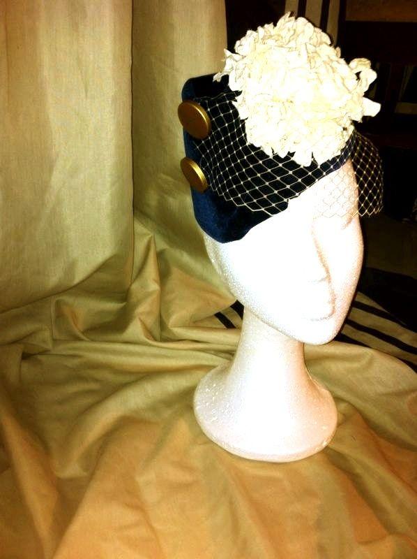 Casquete de terciopelo azul marino, con botones dorados, redecilla y macro-flor!