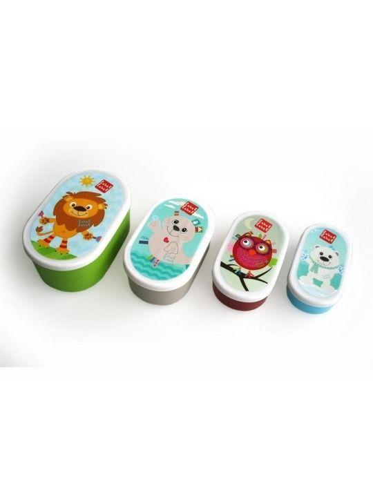Set de fiambreras Label-Label Ovaladas Label-Label Set de fiambreras Ovaladas El Set de fiambreras Ovaladas de Label-Label les encantará tanto a los pequeños de la casa como a los adultos. Presentado en un conjunto de cuatro fiambreras de diferentes tamaños, son ideales para poder llevar a cualquier parte la merienda o el almuerzo de tu hijo o hija, así como snacks de aperitivos. Cada uno de los recipientes lleva impreso un animal diferente: un león, una foquita, un búh