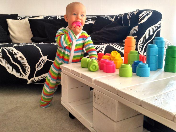 raklap asztal fehérben, színes babával ;)