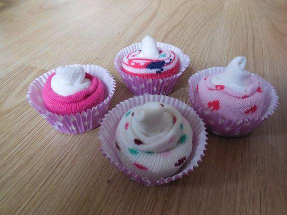 vier schattige sok-cupcakes gemaakt van 6 paar sokjes