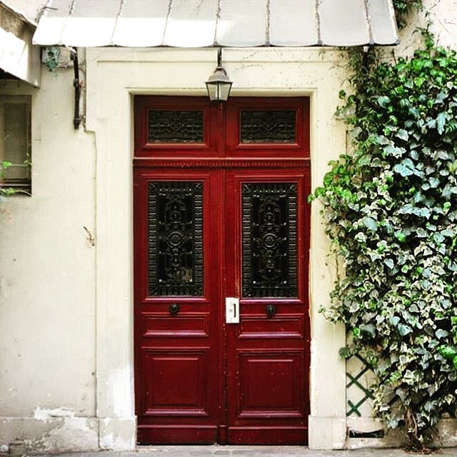 🇫🇷One of the Cutest doors🚪in Place des Vosges 👌🏽 #picturesque #beautiful #melbournelifelovetravel #paris #visitparis  #vibrant #placedesvosges #architecture #square #lemarais #cute #door