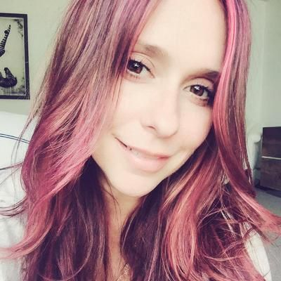 "Hot: It's Jennifer Love Hewitt's Birthday! Check Out the Best Selfies from the Self-Proclaimed ""Twitter Whisperer"""