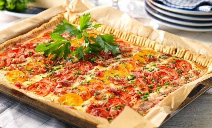 Skinka och tomat är en klassiskt god pajkombination. Och när det blir många till fest är paj i långpanna perfekt!