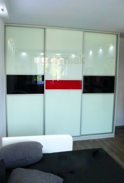 Nowoczesne ascetyczne wnętrza nie obędą się bez zabudowy z drzwiami ze szkła lakobel http://Goryniak.pl