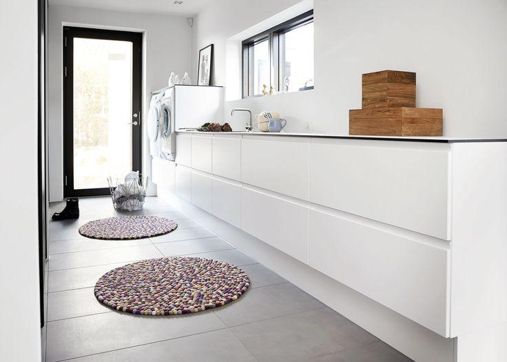 Charlotte og Kim har gennemtænkt deres bryggers, så det har samme rolige og enkle stil som resten af huset. Se hele boligen på www.jke-design.dk.