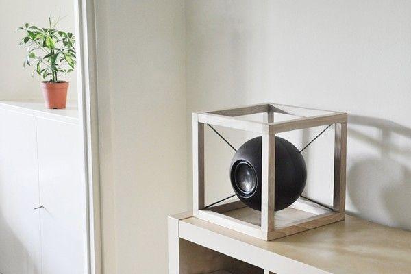Inspiré par l'Homme de Vitruve de Léonard de Vinci, le duo composé de Giorgio Bonaguro et Juan Soriano Blanco réalise une enceinte sphérique suspendue, dans une structure en forme de cube, nommée Vitruvio.