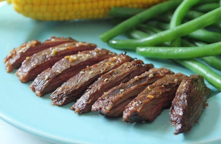 Les parfums intenses du kalbi, les bouts de côtes grillés servis dans de nombreux restaurants coréens, sont faciles à préparer à la maison. Nous avons utilisé du bifteck de hampe, une viande riche et savoureuse, mais le bifteck de flanc convient également.