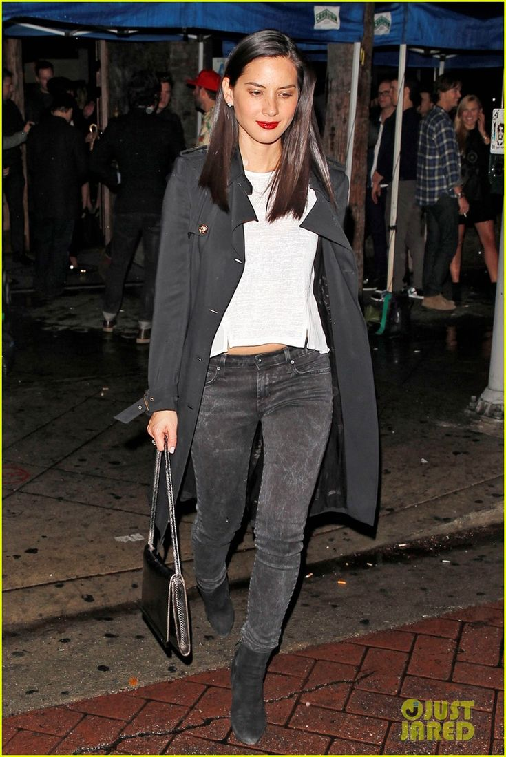 olivia munn hits a party while joel kinnaman films the killing 01 Olivia Munn shows off her fab figure while leaving a party in drizzly Los Angeles on Wednesday (February 26).    Meanwhile, that same day, the 33-year-old actress'…