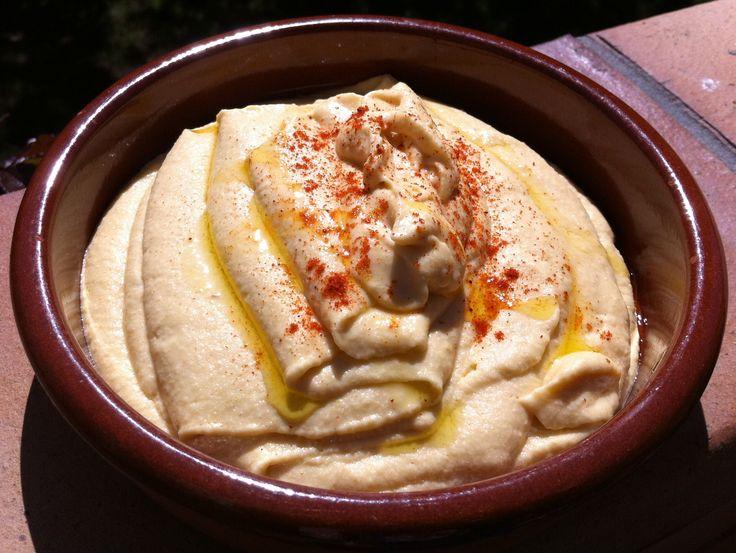 Hummus: Un bote de 400 gr. de garbanzos cocidos – El zumo de medio limón – 2 dientes de ajo medianos – 60 gr. de aceite de oliva – 8-10 cacahuetes (también sirve un poco de sésamo) – Una pizca de sal – Una pizca de agua – 1 pizca de pimentón y de comino todos los ingredientes y 1 minuto a velocidad ascendente 5-10, y listo.
