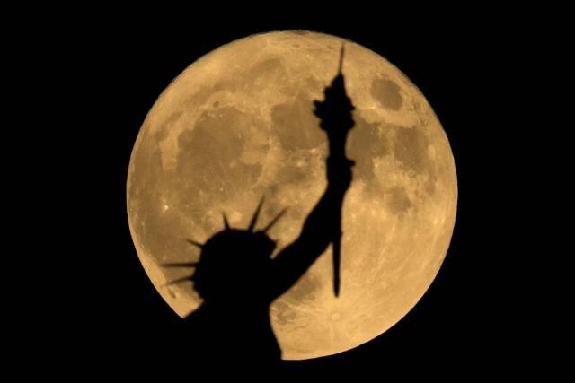 La super Lune met en lumière la statue au sommet du musée d'histoire naturelle de Vienne en Autriche.