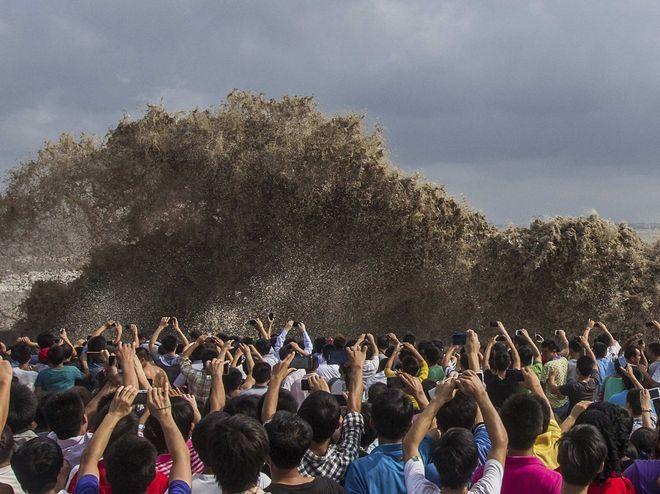 Φωτογραφία από το παλιρροϊκό κύμα που δημιουργήθηκε από τον τυφώνα στη Hangzhou, στην επαρχία Zhejiang της Κίνας. Έχασαν τη ζωή τους δυο άνθρωποι στις Φιλιππίνες και τραυματίστηκαν άλλοι εννέα στην Ταΐβάν