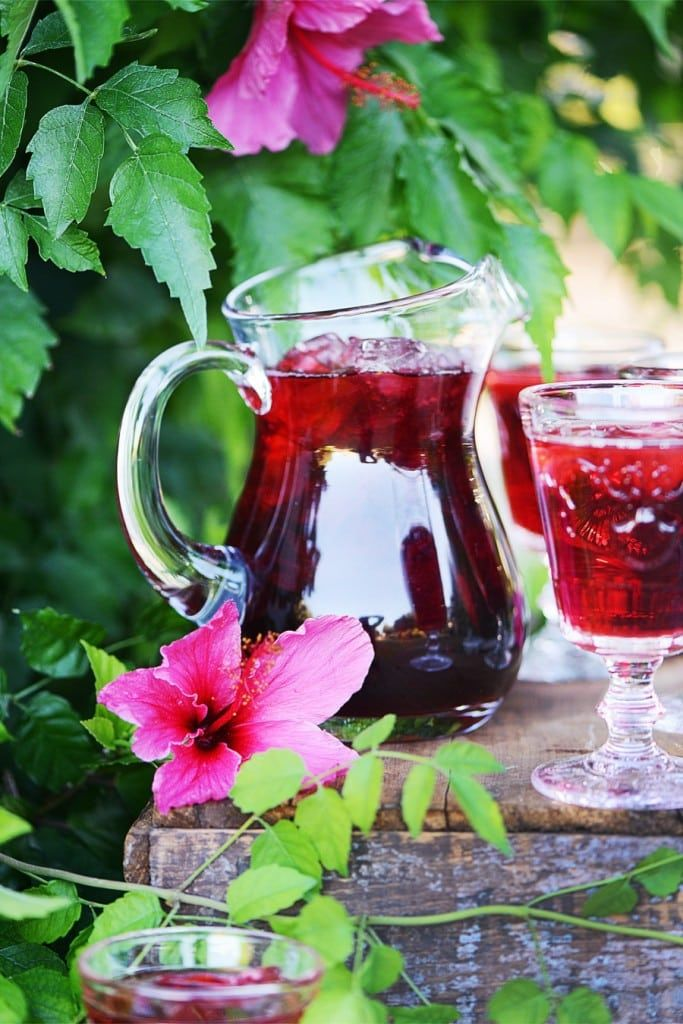 Agua De Jamaica Is A Classic Mexican Drink Made With Dried Roselle Hibiscus Flowers They Are Infused In Hot Wat Hibiscus Drink Agua De Jamaica Mexican Drinks