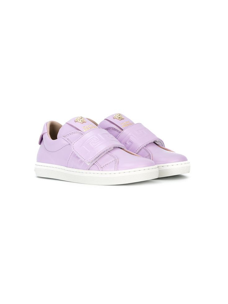 ¡Consigue este tipo de deportivas de Young Versace ahora! Haz clic para ver los detalles. Envíos gratis a toda España. Young Versace - Greca Embossed Sneakers - Kids - Leather/Rubber - 32: Light purple leather Greca embossed sneakers from Young Versace featuring a round toe, a hook and loop strap fastening, a logo patch at the tongue, a branded insole, a padded ankle, a white rubber sole and gold-tone hardware. Size: 32. Color: Pink/purple. Gender: Female. Material: Leather/rubber…