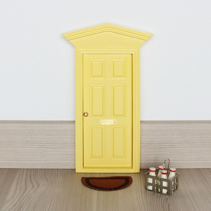 Puerta victoriana amarilla para Ratoncito   felpudo   lechera