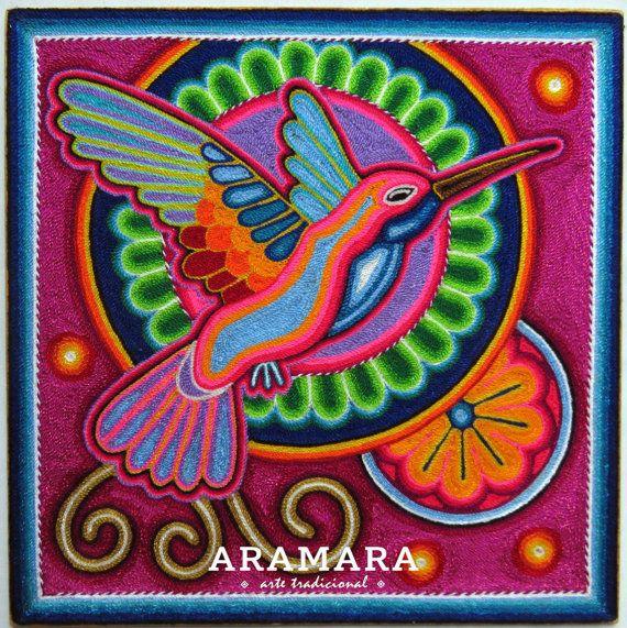 Dimensions  Longueur 11,81 pouces (30 cm) Largeur 11,81 pouces (30 cms) Épaisseur 0,2 pouces (0,50 cm)  Cette peinture est entièrement faite avec de la laine appliquée avec la cire d'abeille et résine au-dessus d'une feuille de contreplaqué.   Dans ce tableau, vous verrez une représentation de l'oiseau mouche.  * L'oiseau mouche, ou tamatsi, est une course de la marakames car elle permet de transporter leurs messages pour les dieux et les esprits.      La représentent Huichol, une des…