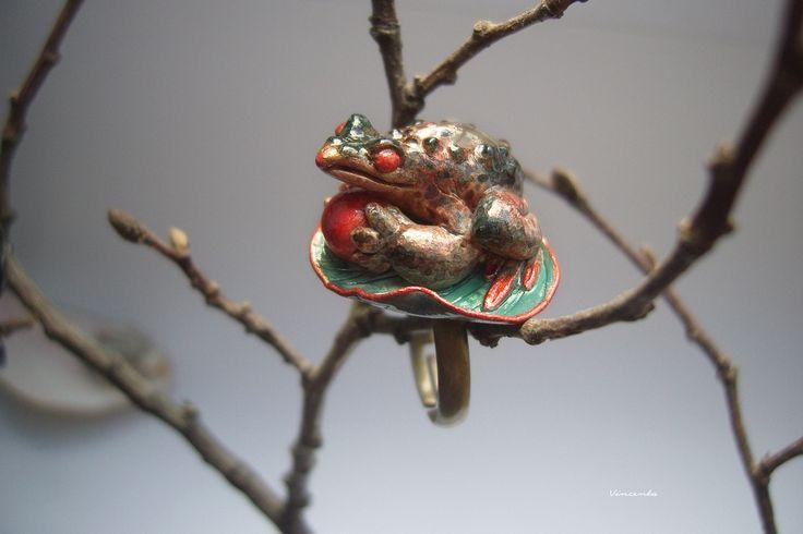 Кольцо с зачарованным принцем лягушкой, выполненным в технике скульптурной миниатюры. Кольцо с эфиопским опалом. Ручная работа. Полимерная глина