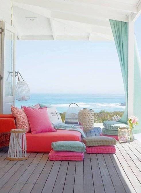 Terrasse en bord de mer. Shopping pour une maison de vacances.