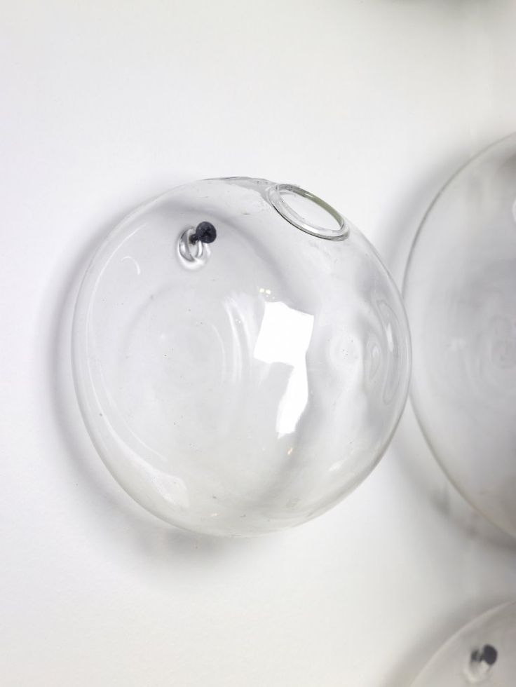 En gullig liten vas från Serax som man både har som vas och vägg-dekorTillverkare: SeraxS;Höjd: 9 cmDiameter: 13 cmMaterial: GlasL;Höjd: 14 cmDiameter: 18 cmMaterial: Glass