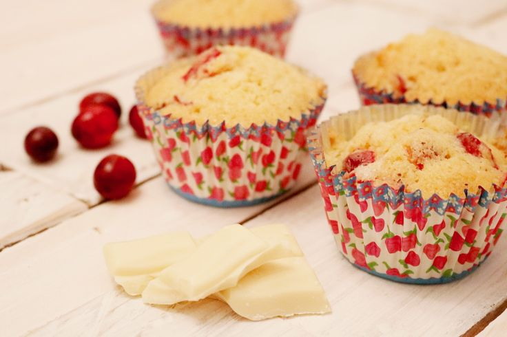 Cranberry White Chocolate Muffins | Cranberry White Chocolate Cupcakes | Seasonal desserts and muffins | Christmas cupcakes