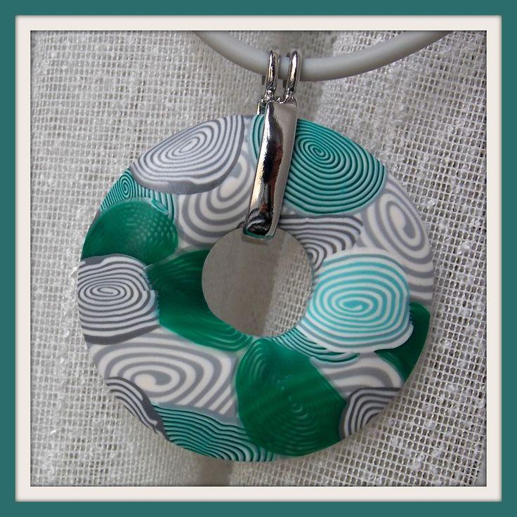 šedobílo do zelena..... donut z polymerové hmoty v šedobílých tónech zvýrazněných tyrkysově zelenou, vel. 4,8 cm, zavěšen na elegantní sv. šedé bužírce v délce cca 50 cm ( lze dle přání zkrátit....) v nabídce lze najít i náušnice....