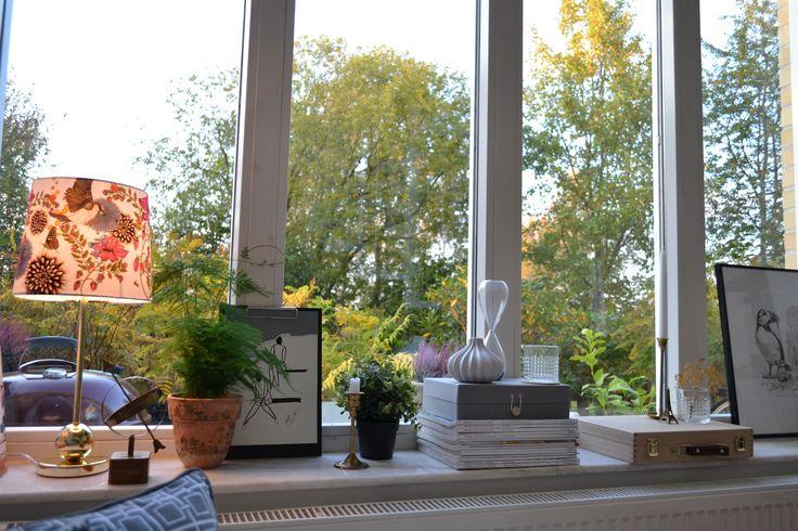 I mitt vardagsrumsfönster - hemtex, marmor, mässing fjädersparris