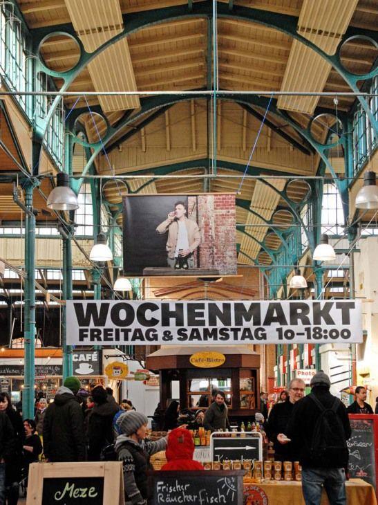 Nach New York, London und Paris hat die Slow-Food-Welle auch Berlin erreicht. Egal ob Gemüse, Obst oder Fleisch – für alle auf dem Wochenmarkt feilgebotenen Erzeugnisse ist regional das Gebot der Stunde. Seitdem eine Bürgerinitiative die historische Markthalle wiederbelebt hat, finden sich dort jeden Donnerstag Genießer zum Street Food Thursday ein, um Köstlichkeiten wie hausgeräuchertem Lachs von Glut & Späne oder Sandwichs mit über Stunden gegartem Schweinefleisch von Big Stuff Smoked B...