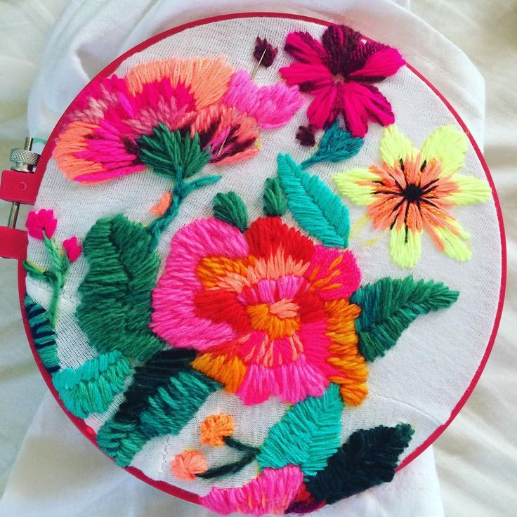"230 Me gusta, 7 comentarios - @ignaciajullian en Instagram: ""❤️ . . . #bordarte #bordados #flores #colorful #color #tshirt #embroideredflowers #embroidery #amor…"""