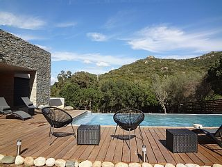 Moderne+und+moderne+Villa+mit+Infinity Pool+in+