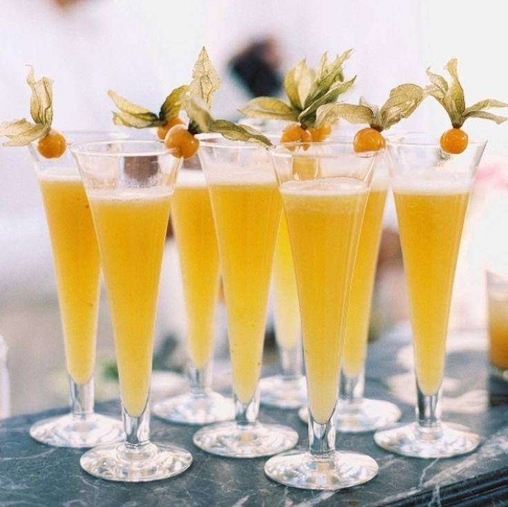Drinks   Coquetel perfeito para os meses de verão? Já experimentou servir Bellinis ou Mimosas decorados com Physalis? São leves, refrescantes e não tem hora para começar a beber.  #icasei #drinks #drinkdanoiva#drinkdonoivo #casamento #wedding#weddinginspiration#weddingday#bebidas#bebidadecasamento