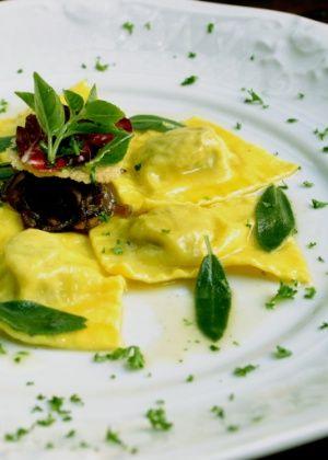 Ravióli de Ricota e Espinafre com Manteiga e Sálvia