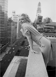 ΑΝΤΙΓΡΑΦΟ MARILYN MONROE AT THE AMBASSADOR HOTEL,NYC 1955 60 Χ 80 CM