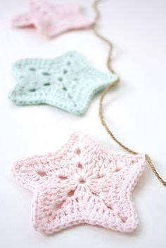 @ HJERTERO.com Crochet garland with stars - from free pattern here (need to translate for English): http://einstovelogeinsko.blogspot.com.au/2010/11/heklet-stjerne-girlander-og-award.html