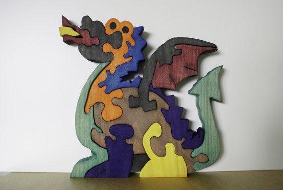 Educatieve puzzel draak lanceert brand. Toy tweedimensionale, werkte in hout van dennen geschilderd met kleurstoffen ecologische niet giftig, waardoor een gevoel van veroudering en/of textuur fluweel. Naast de puzzel is verzonden een klein boekje genaamd Alternatief voor de oorlogsspeelgoed die probeert te laten zien het belang dat de educatieve speelgoed niet gewelddadig voor de opbouw van een meer humane samenleving zijn Afmetingen: 20, 4 cm x 21, 6 cm x 2, 00 cm (ongeveer)