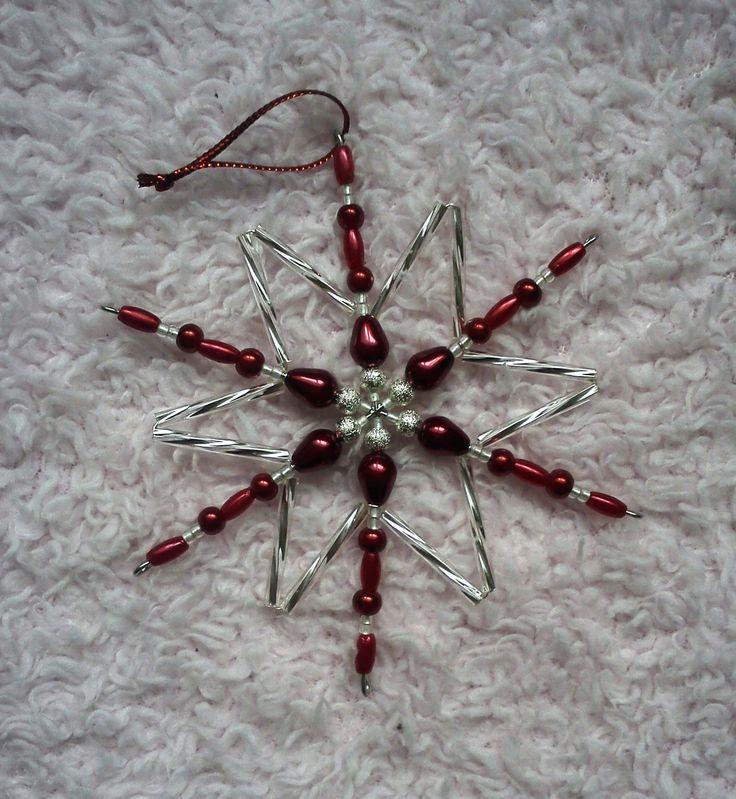 Střední vánoční hvězda Vánoční hvězda v krásné kombinace stříbrných a červených korálků Průměr hvězdy je cca 8,5cm Barvy si můžete zvolit i jiné :-) Cena: 30,-/ks