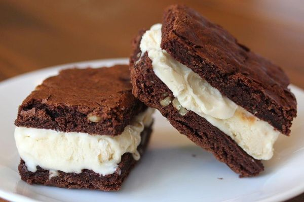Csokis brownie jégkrémmel, fagyival